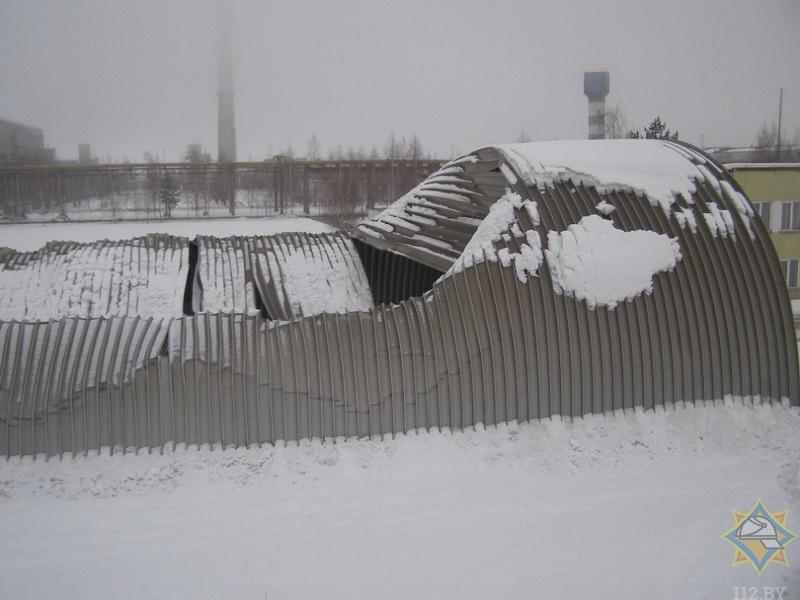 Кровля ангара сложилась под снегом в Костюковичах
