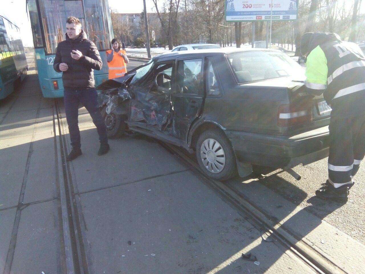 Водитель Volvo не уступил трамваю и попал в больницу