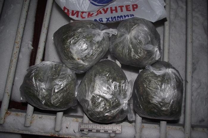 Дилер из Молодечно при задержании выбрасывал пакеты с марихуаной в окно