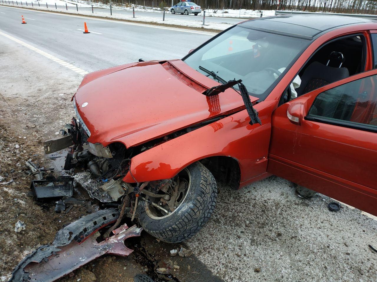 Красный Mercedes въехал в отбойник в Белыничском районе