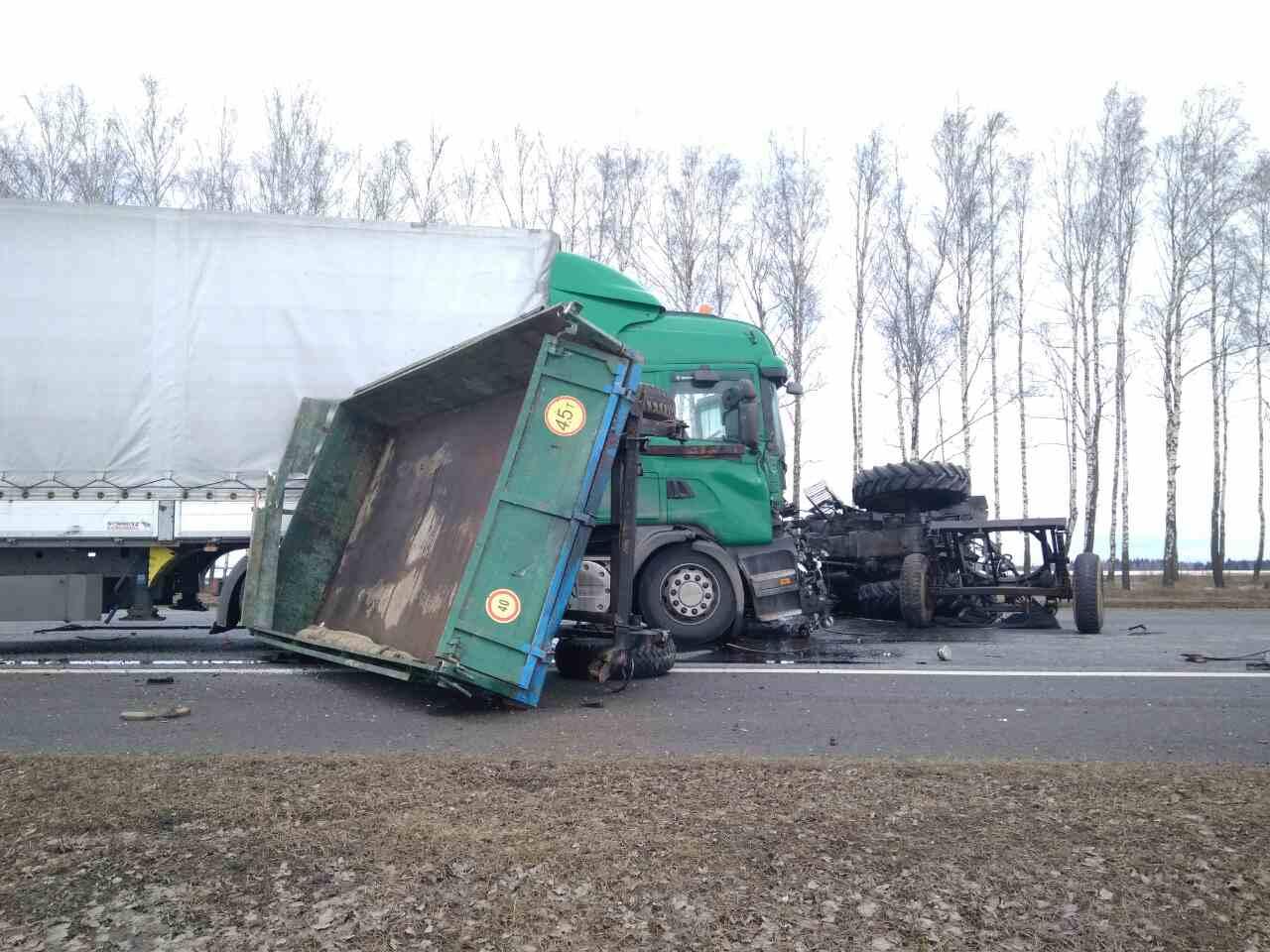 Фура и трактор столкнулись на М1 в Толочинском районе: тракторист погиб