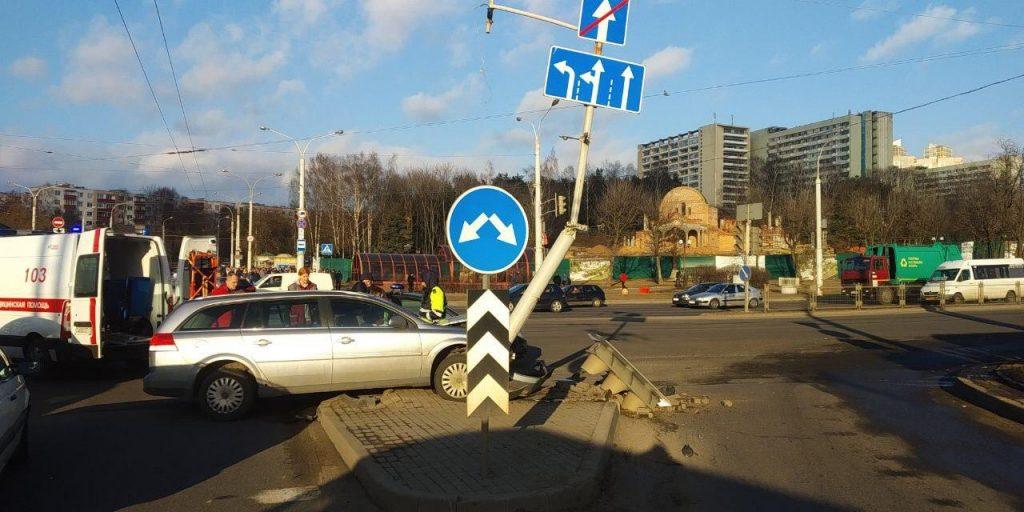 В Минске Opel столкнулся с «Жигулями» и фонарным столбом