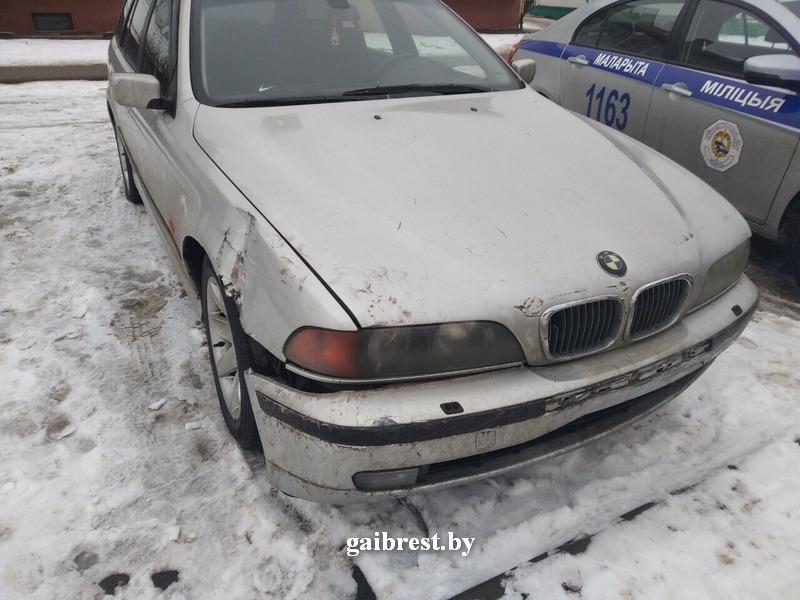 18-летний волейболист на BMW протаранил забор лицея в Малорите и скрылся