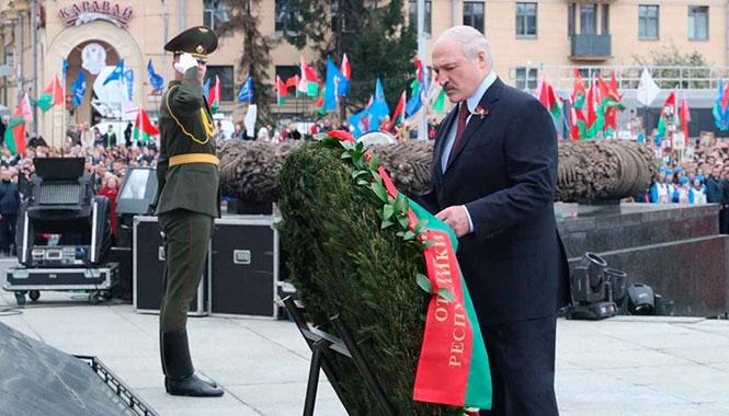 Лукашенко с сыновьями возложил венки на площади Победы