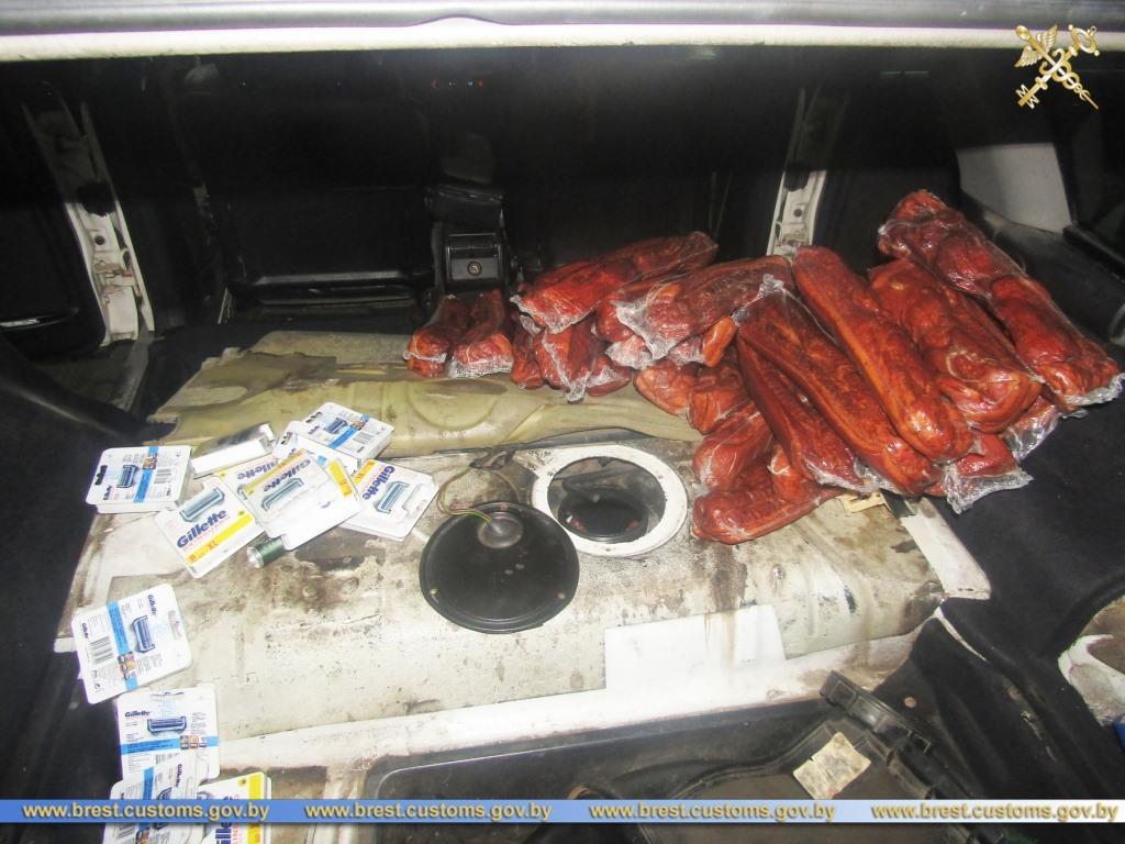 Жительница Барановичей пыталась провезти 44 кг мясной продукции в бензобаке