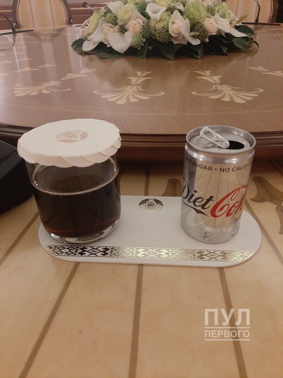 Фотофакт: окружение Лукашенко изучает колу Помпео