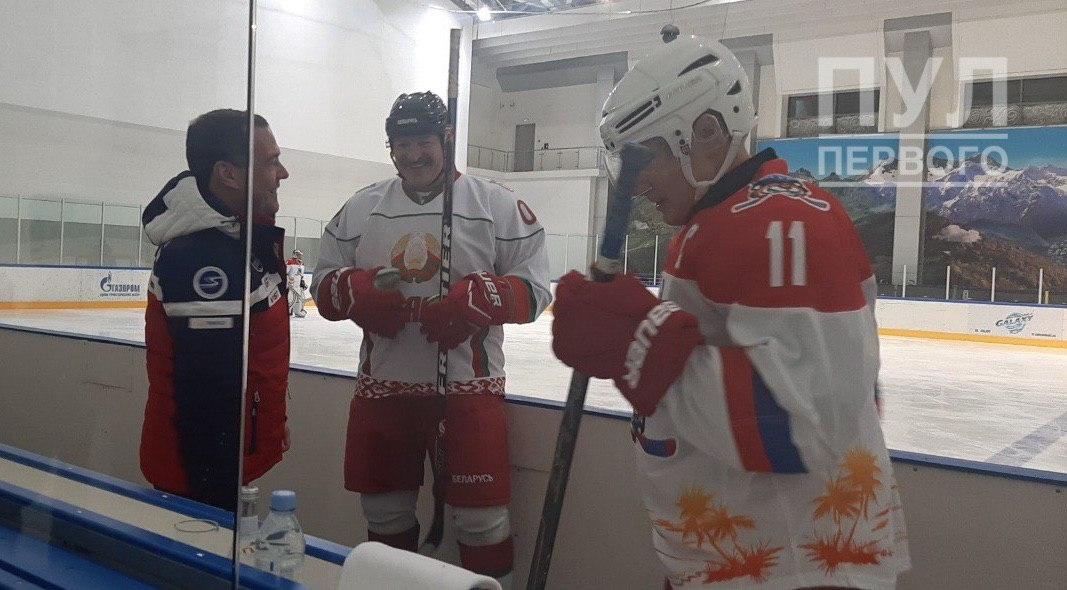 Лукашенко и Путин играют в хоккей в Сочи