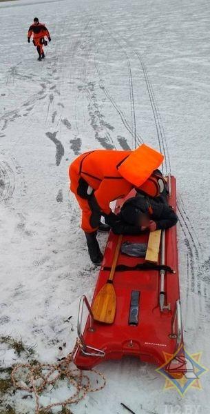 Спасатели вытащили мужчину из озера в Глубоком