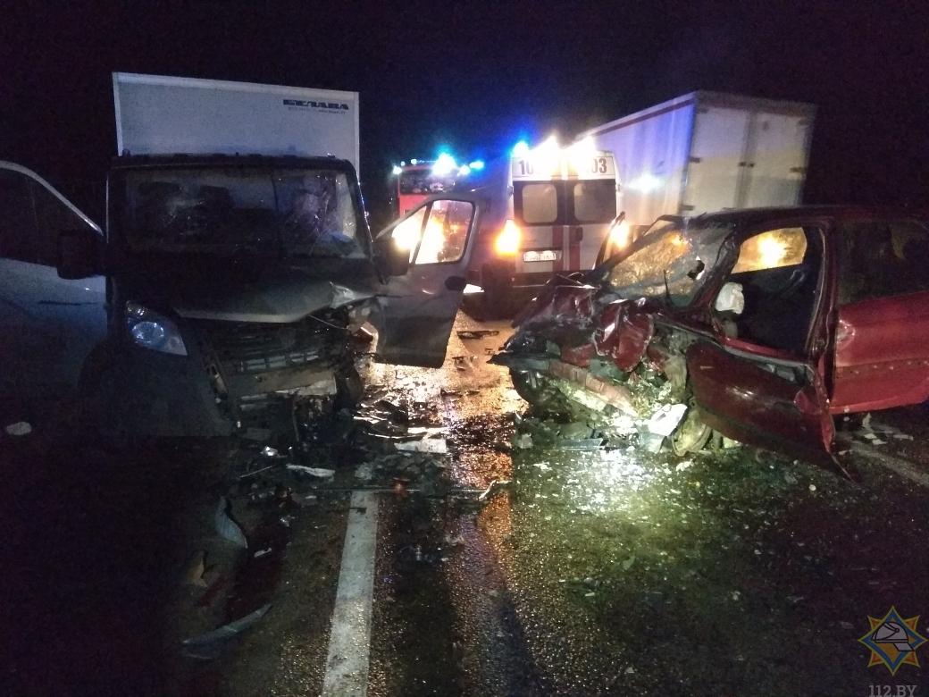 Спасатели деблокировали водителя легковушки после столкновения с грузовиком