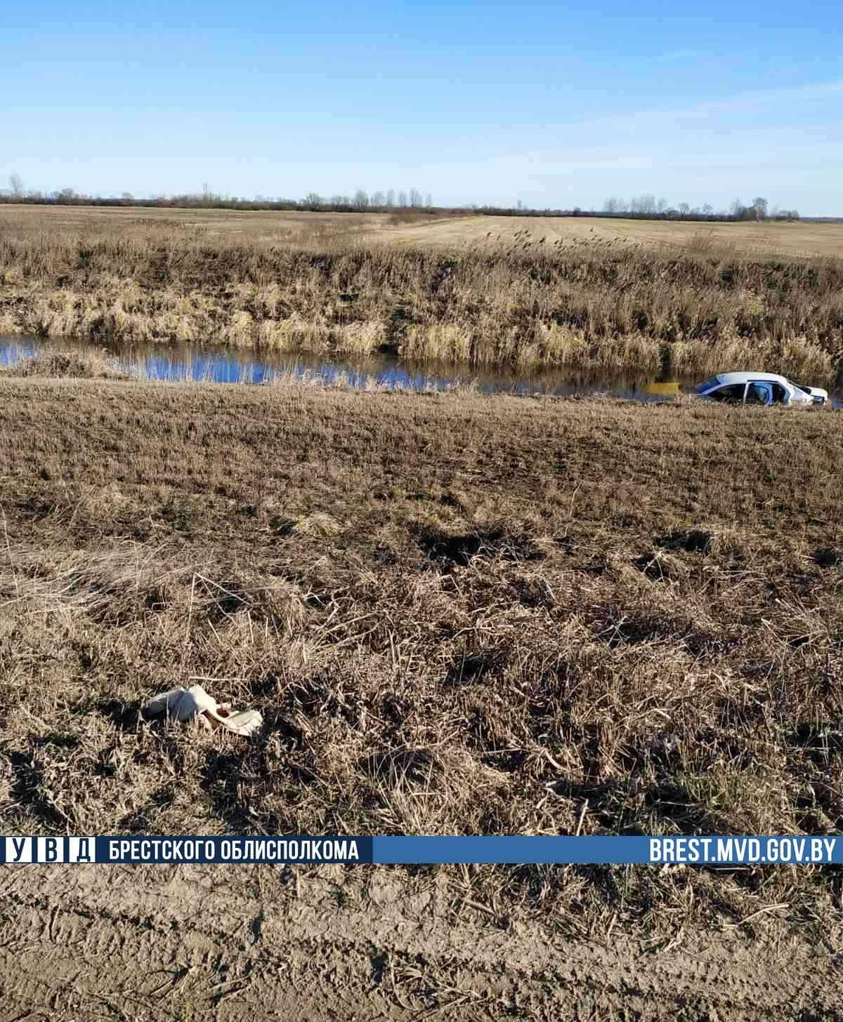 Renault затонул в мелиоративном канале в Ивацевичском районе