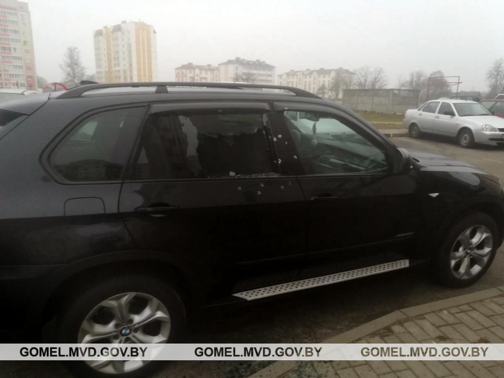 В Калинковичах из охотничьего ружья расстреляли BMW X5