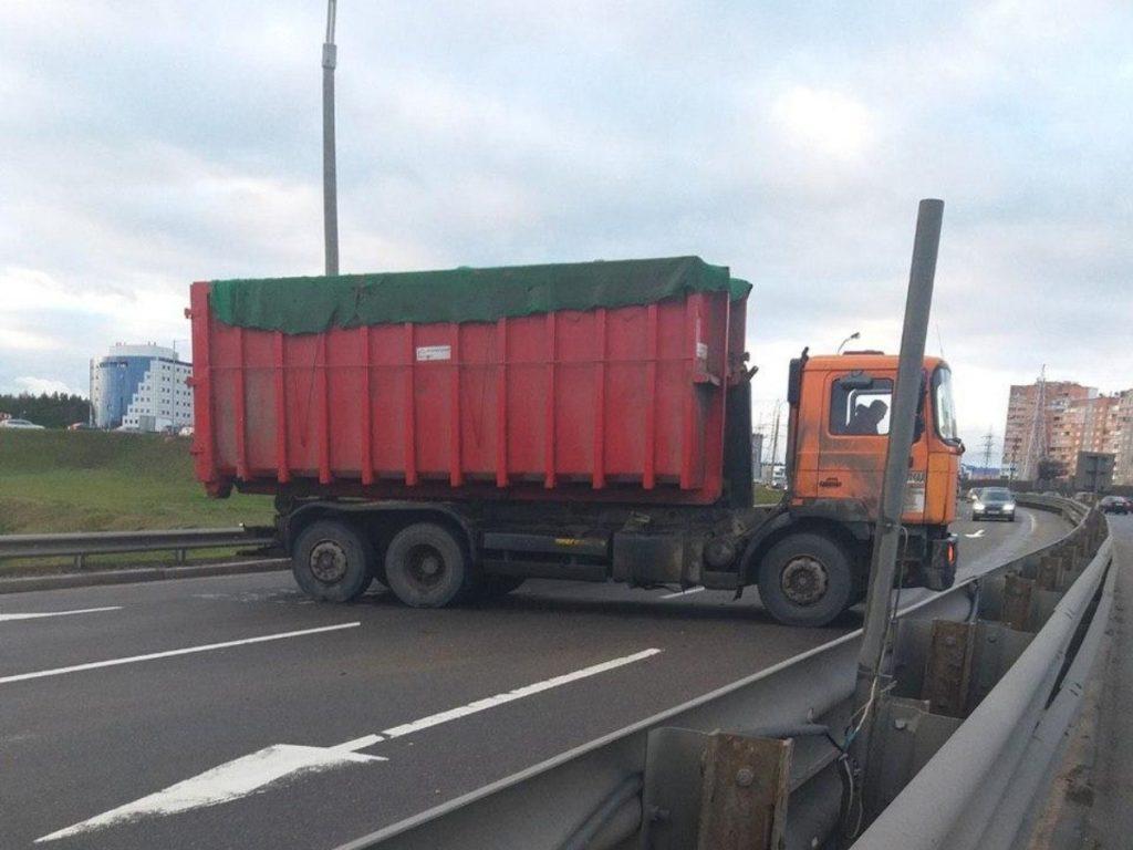 Volvo врезался в попутный грузовик на МКАД