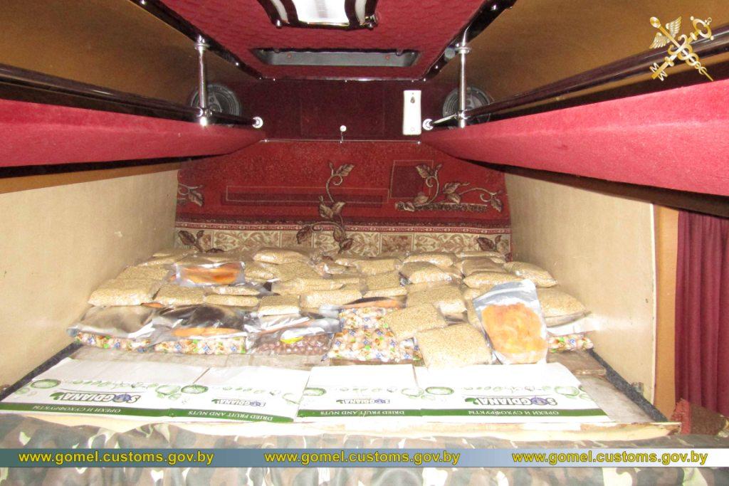 Молдованин нелегально вез в Беларусь более 400 кг орехов