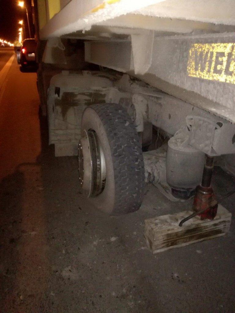 Два автомобиля столкнулись на МКАД из-за оторванного колеса МАЗа