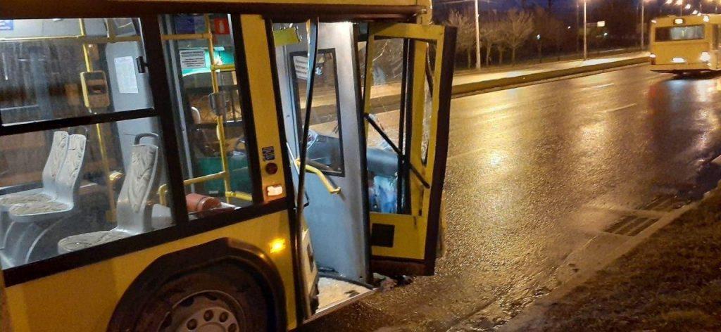 Автобус въехал в столб в Минске, пострадал пассажир