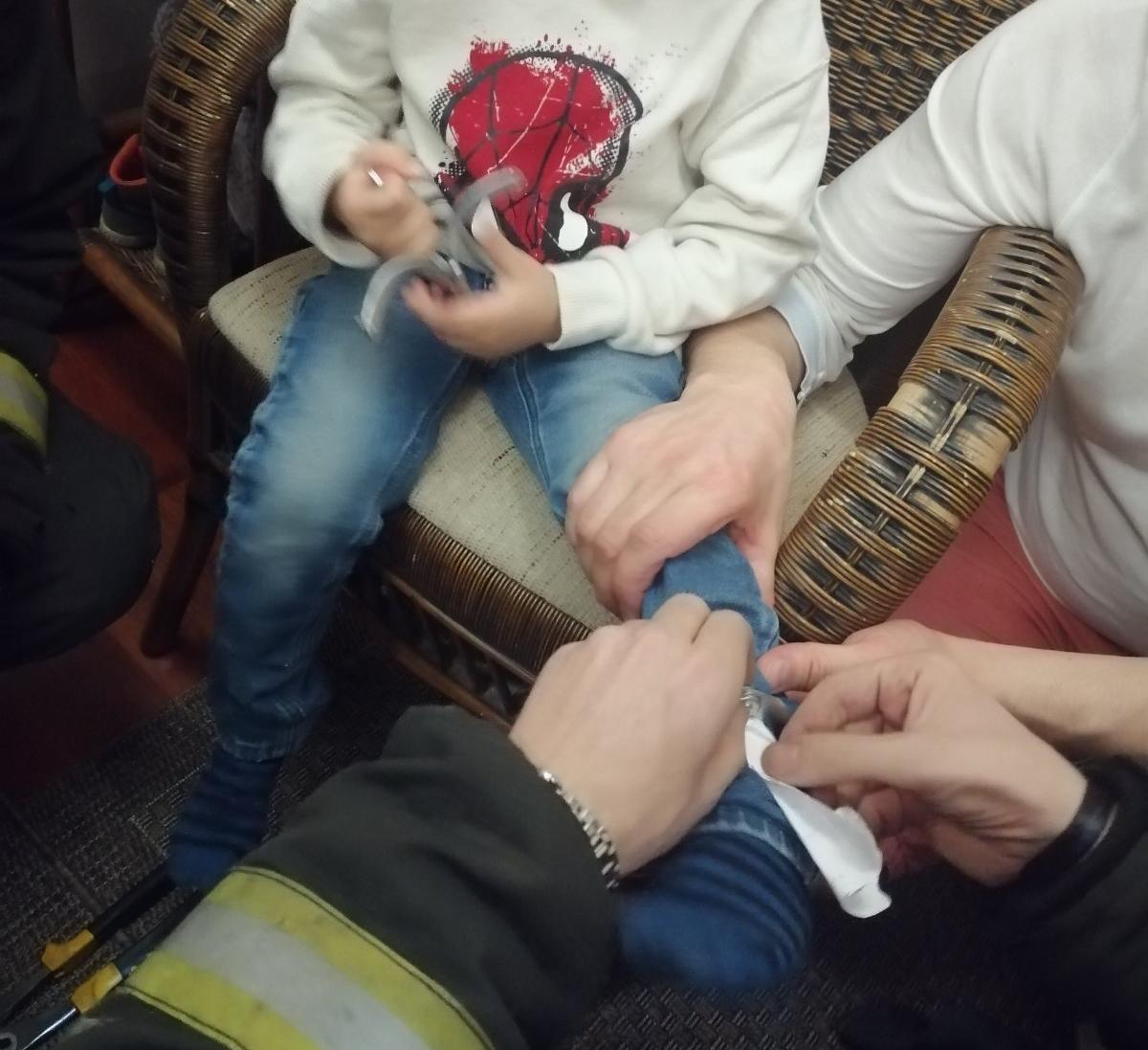 В Минске сотрудники МЧС спасли ребенка из наручников