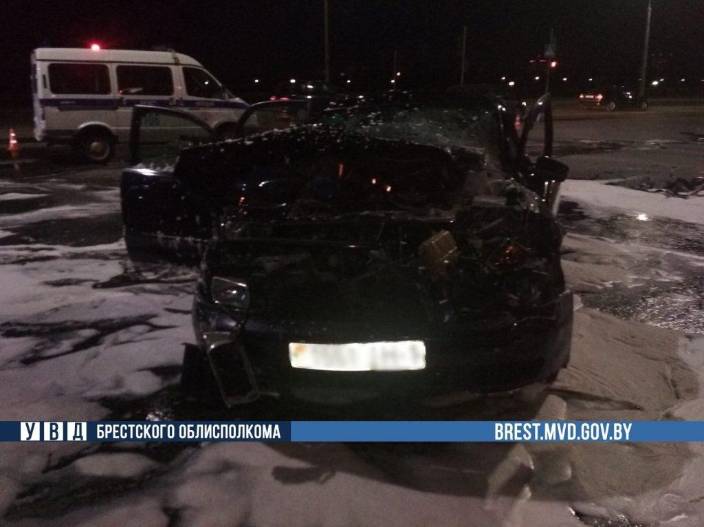 В Бресте столкнулись Iveco и Audi – грузовик перевернулся, два человека в больнице