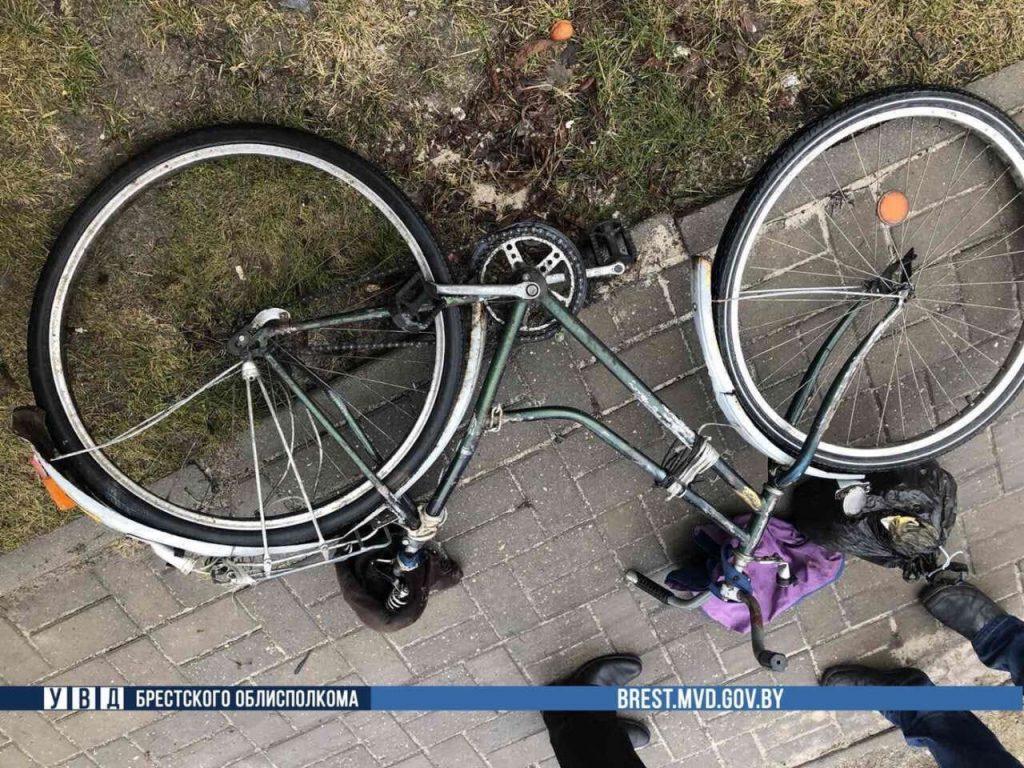 В Дрогичине BMW сбил велосипедиста на тротуаре