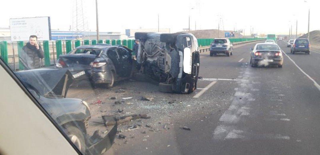 На МКАД столкнулись четыре автомобиля: движение затруднено