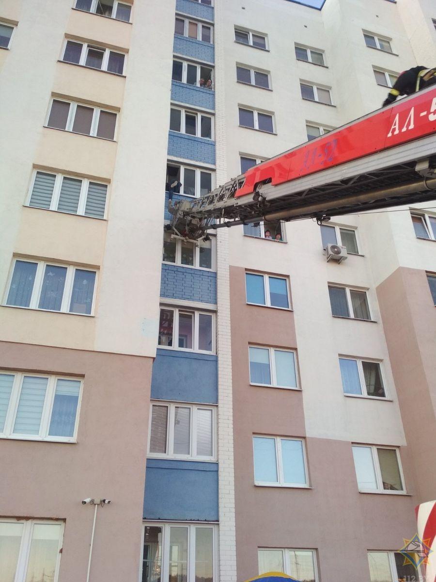 Спасатели не дали жителю Гродно сорваться с балкона
