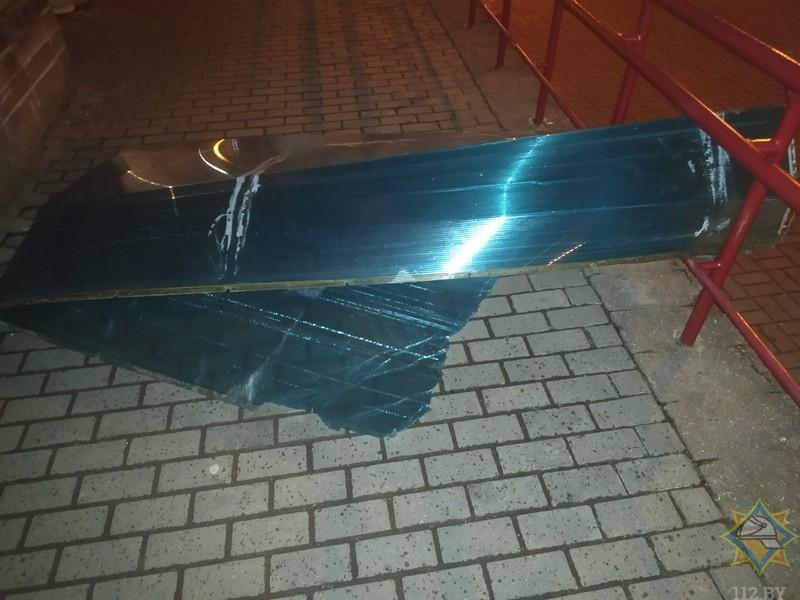 В Минске ветер сорвал кровлю с остановки: пострадала пенсионерка