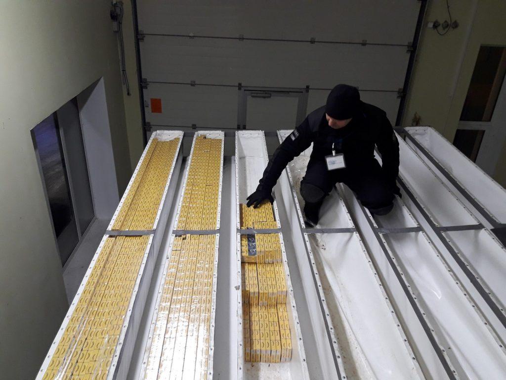 Беларус лишился грузовика из-за контрабанды сигарет в Украину