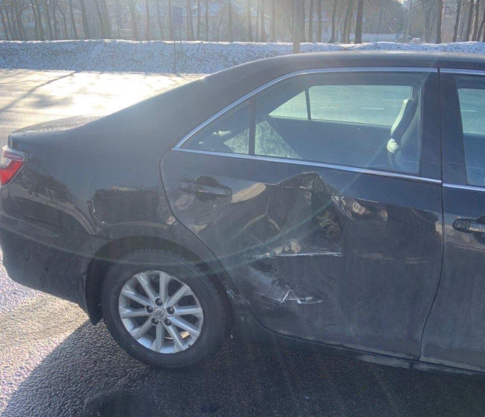 На Тимирязева Smart поскользнулся, упал и ударился в Toyota
