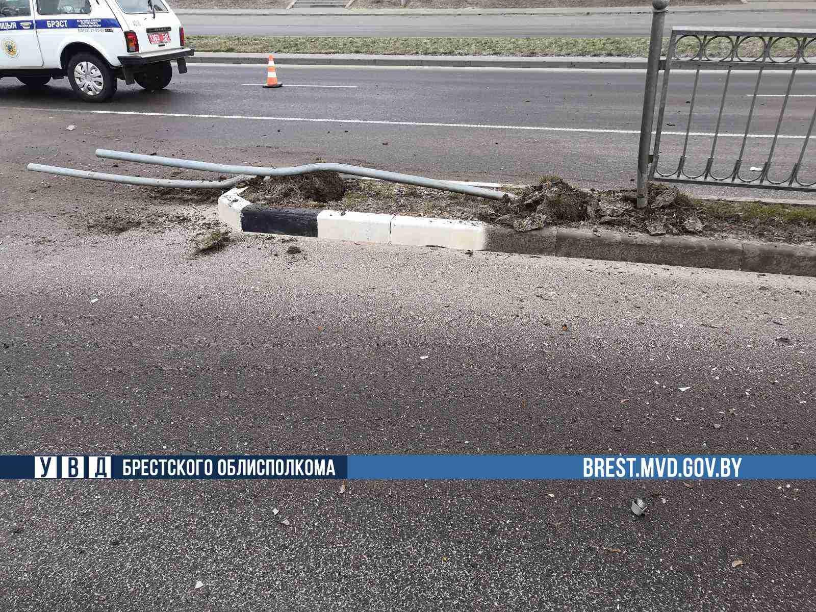 В Бресте водитель BMW снес четыре дорожных знака