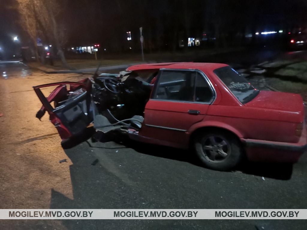 Водитель BMW проверил на прочность столб в Могилеве