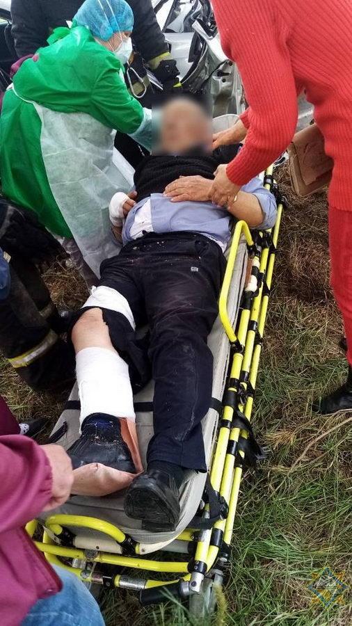 Спасатели деблокировали пассажиров легковушки после ДТП под Петриковом