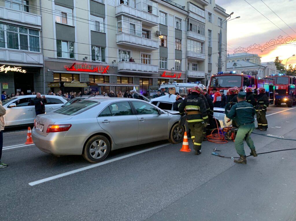 Toyota протаранила «ВАЗ» в Гомеле, два человека в больнице