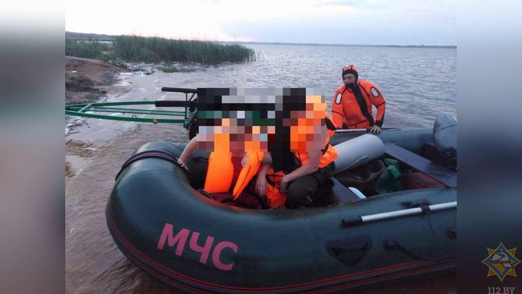 Мужчину и женщину спасли на Освейском озере