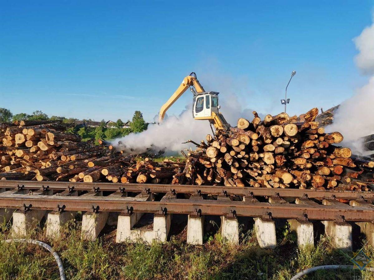 Пожарные потушили штабель древесины в Мостах