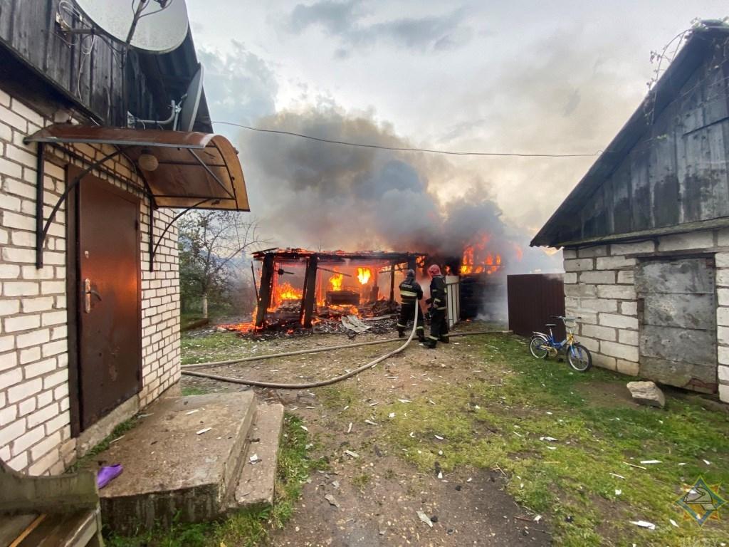 Молния подожгла хозпостройки в Докшицком районе
