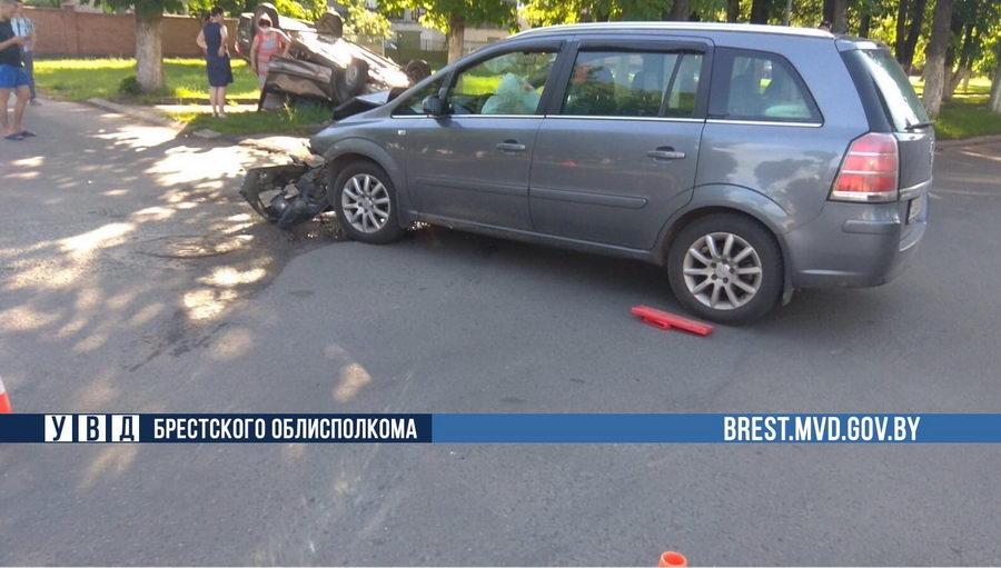 В Барановичах перевернулся автомобиль Лада