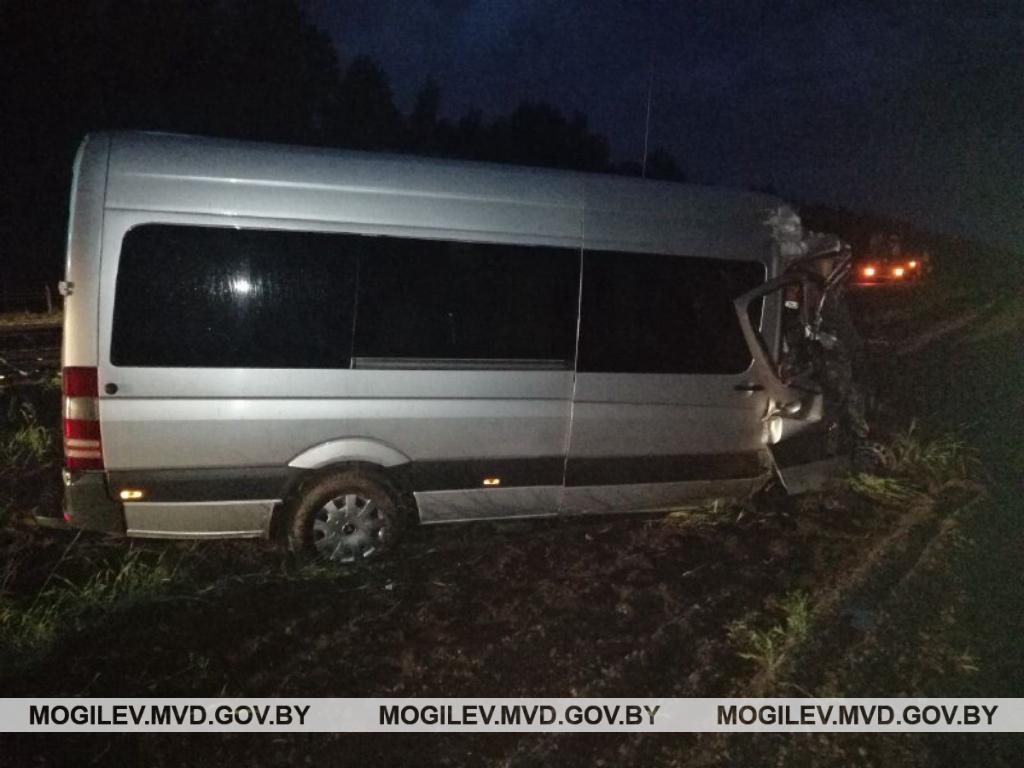 Микроавтобус влетел в бетономешалку на дороге Минск-Гомель