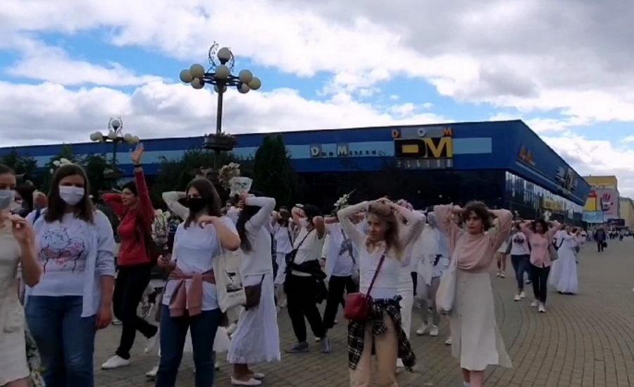 В Минске женщины в белом вышли с призывом прекратить насилие