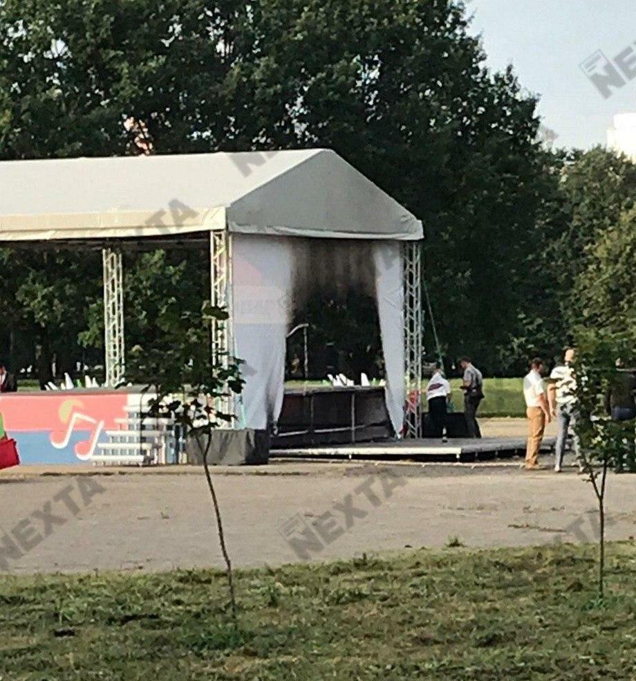 В парке Дружбы народов горела сцена. На месте работают следователи