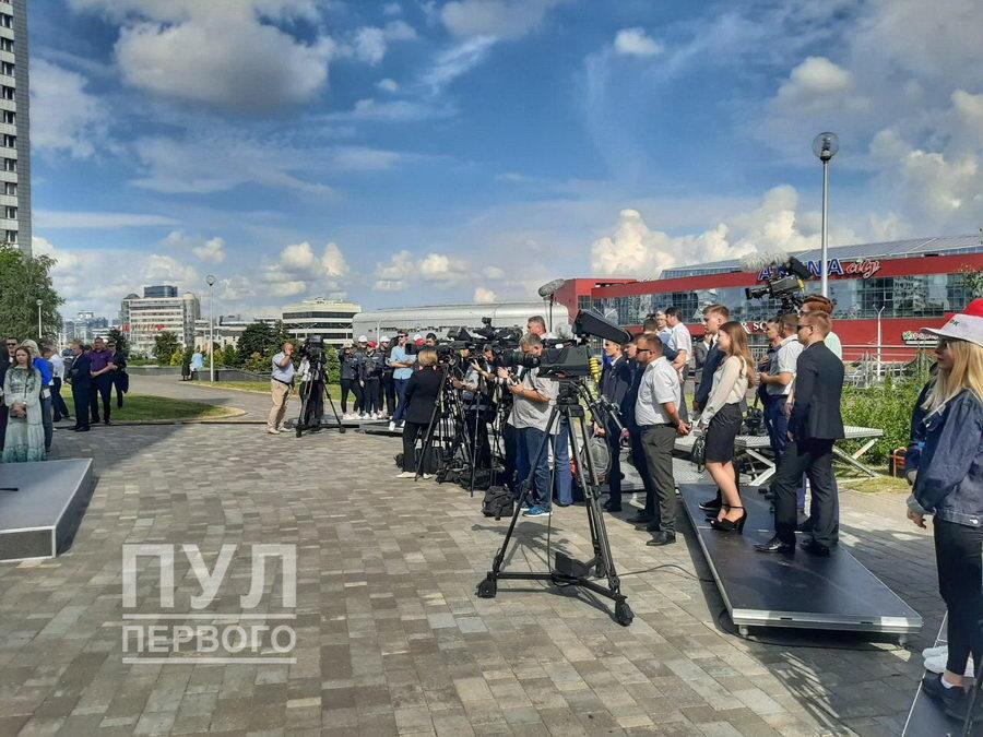 Лукашенко приехал на избирательный участок под гармошку