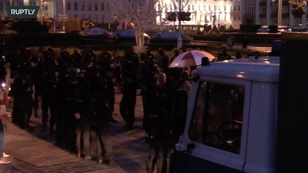 На площади Независимости в Минске начались задержания