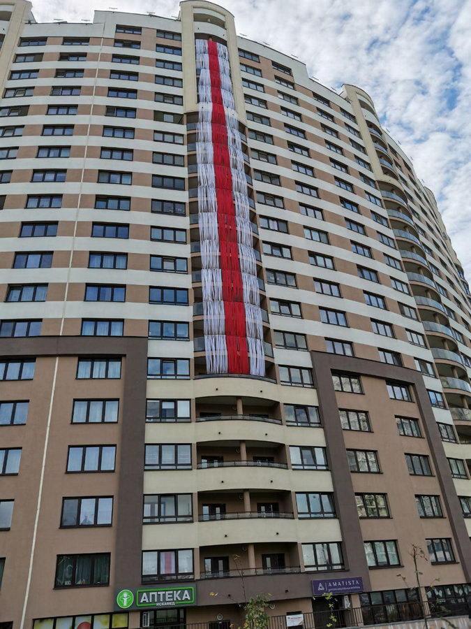 На минской высотке появился огромный бело-красно-белый флаг. Фотофакт