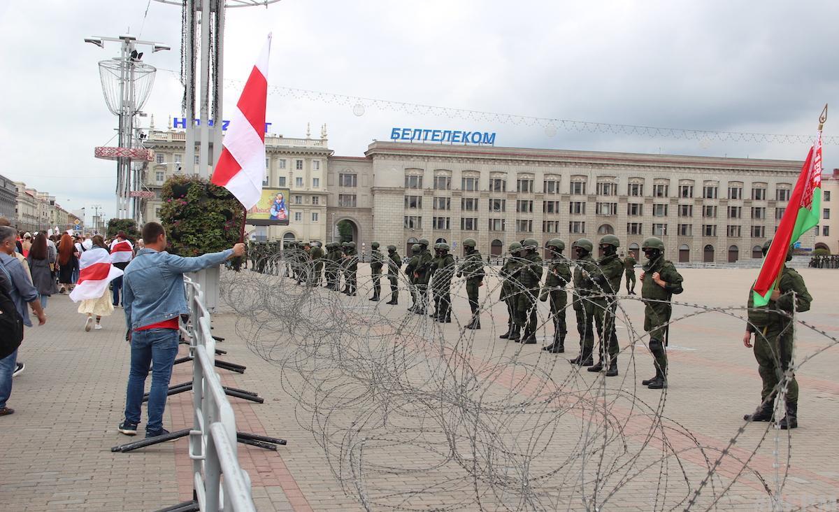 Октябрьскую площадь в Минске охраняли бойцы 120-й механизированной бригады