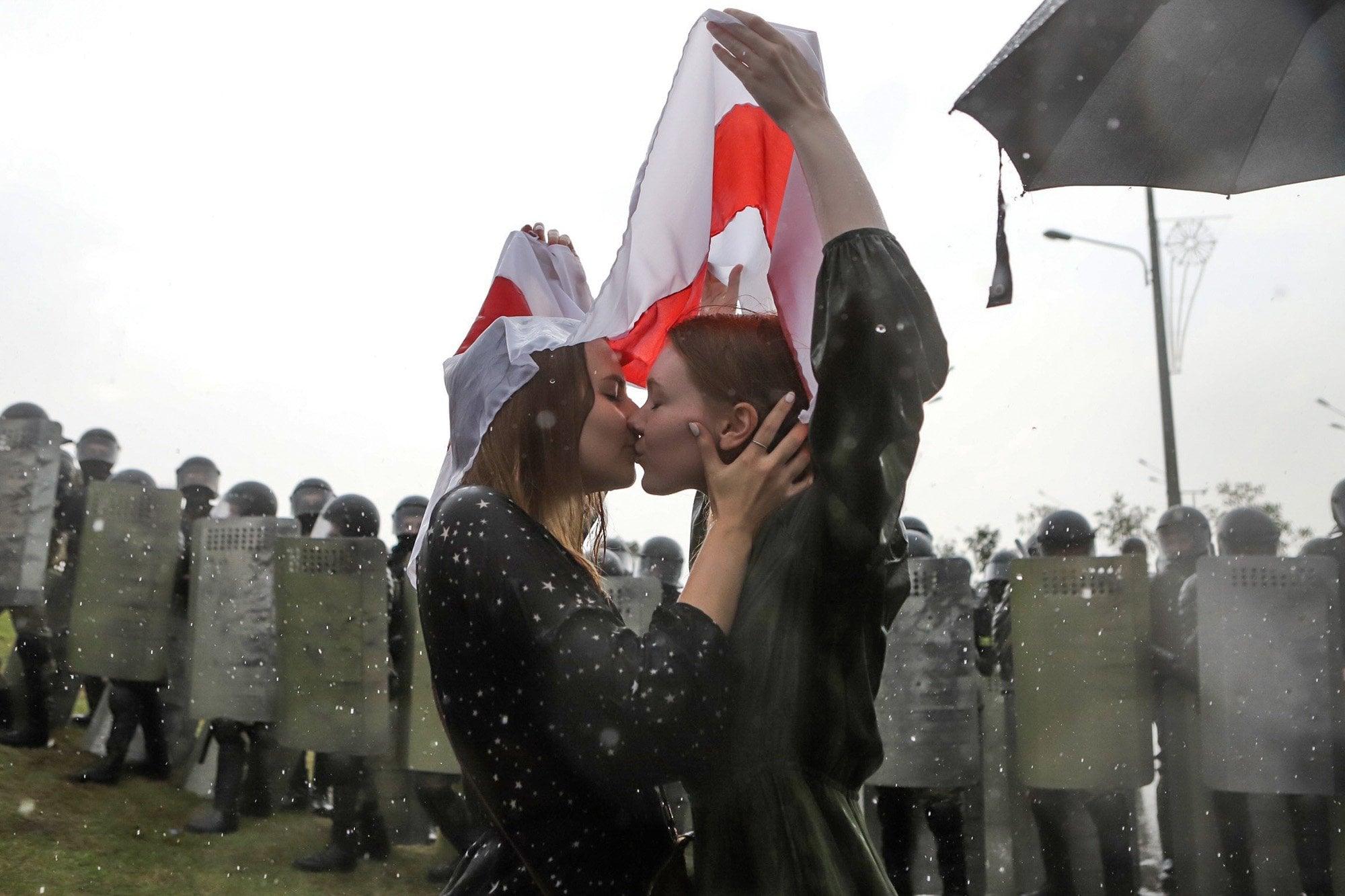 девушки целуются на работе