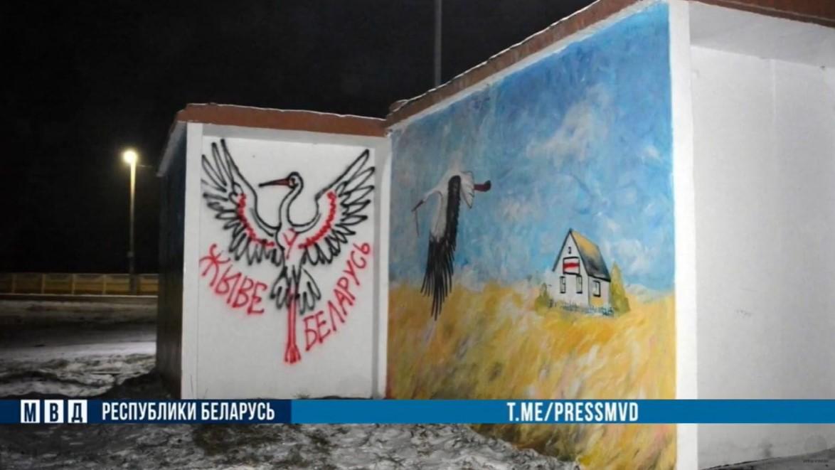 Девушку из Скиделя оштрафовали на 4350 рублей за изображения аистов на остановках