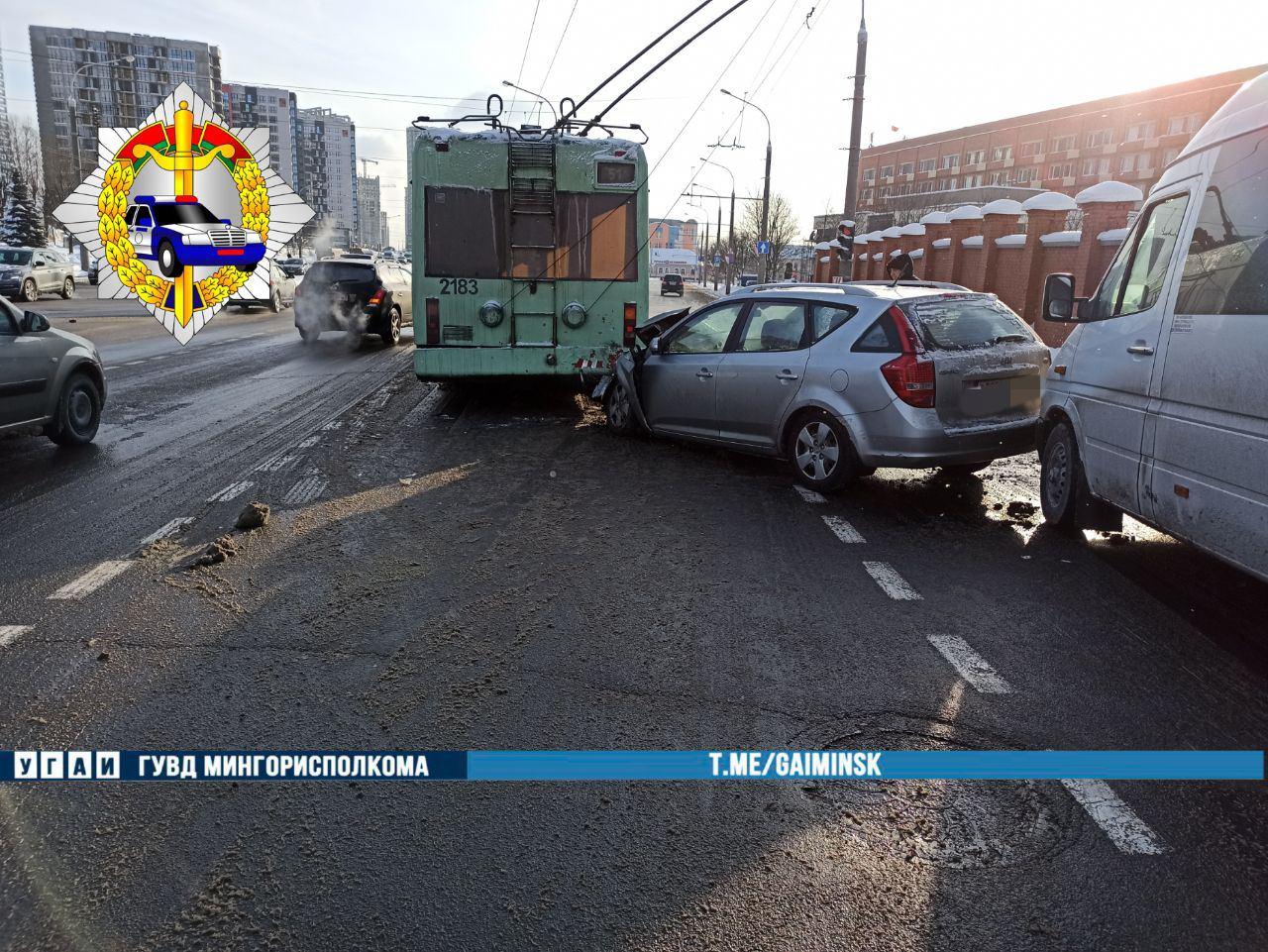 Легковушка врезалась в троллейбус и отлетела в маршрутку в Минске