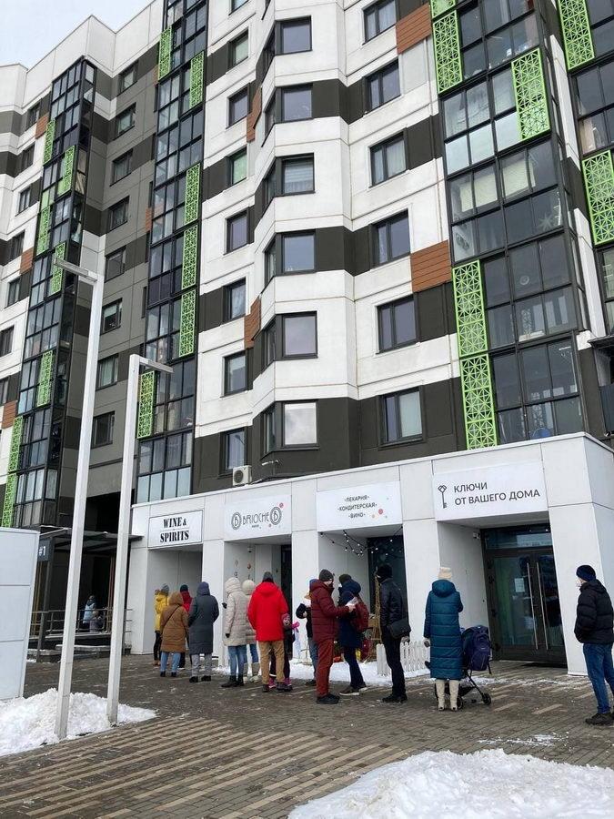 Фотофакт: в Новой Боровой выстроилась очередь в пекарню Brioche