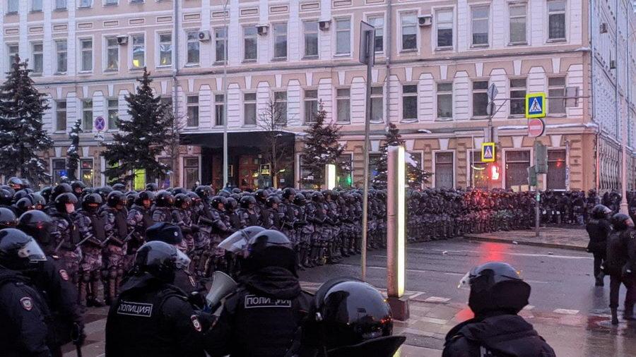 В Москве и Санкт-Петербурге тысячи людей вышли на акции протеста