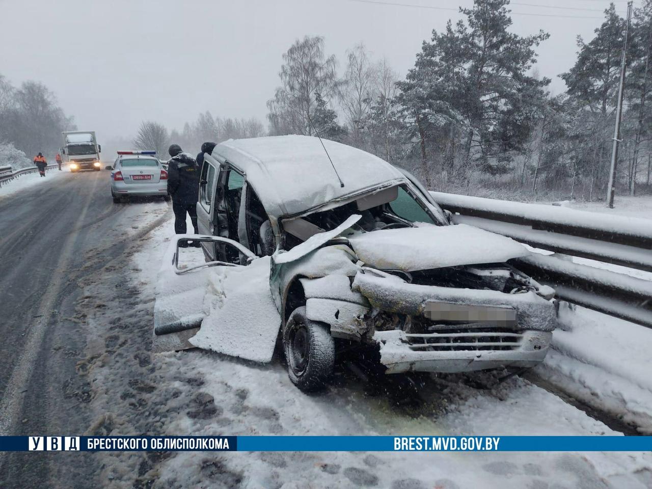 МАЗ-снегоуборщик вылетел на встречку и врезался в легковушку