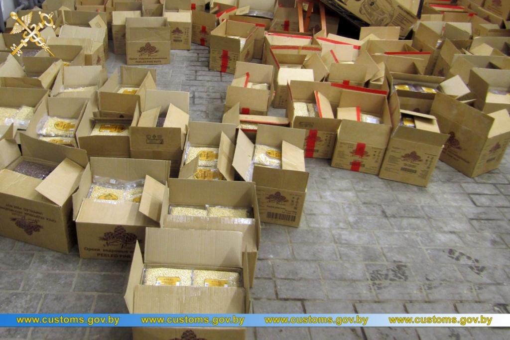 Молдаванин нелегально вез из Беларуси более 3,3 тонн кедровых орехов