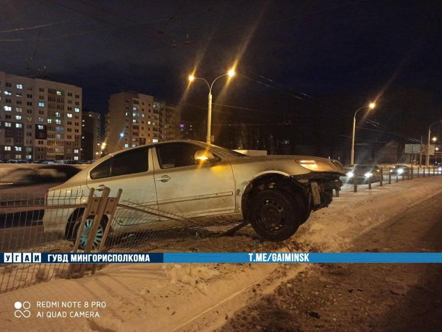 В Минске Skoda влетела в разделительное ограждение